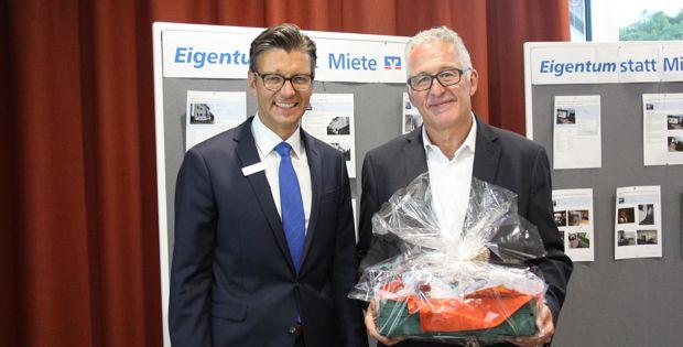 Martin Schmiederer, Bereichsleiter Firmenkunden und Baufinanzierung bedankte sich bei Wolfgang Prangenberg, Experte für Baufinanzierungen bei der SHT Schwäbisch Hall Training GmbH, für seinen informativen Vortrag