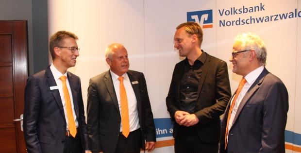 Vorstandssprecher Wolfgang Frey (l.), Vorstand Fritz Kiefer und Aufsichtsratvorsitzender Hans Kern (r.) im Gespräch mit Futurist Christopher Peterka (2.v.r)