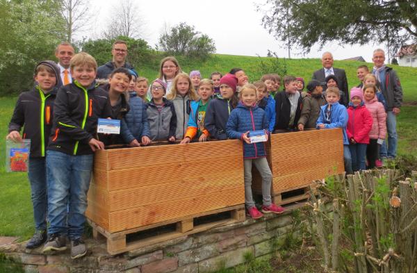 Die 3. Klassen der Grunschule Egenhausen nahmen die Hochbeete freudig entgegen