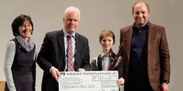 Vorstand Christian Radde überreichte den symbolischen Spendenscheck an die Vertreter der Musikschule Altensteig
